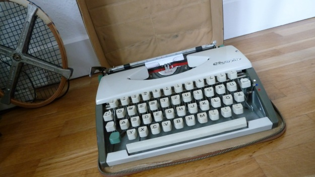 olympia de luxe manual travel typewriter full with case