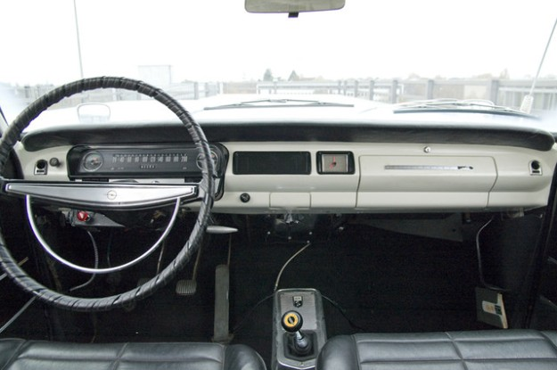 Opel Rekord A 2600 Coupé L6 - 1966 in white - inside view console
