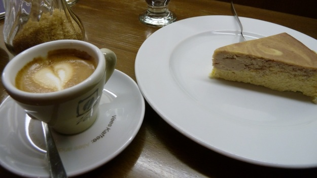 vee´s cafe and cakes - munich a capuchino and a american cheesecake