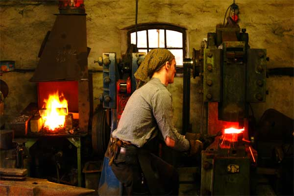 Robert Kaufmann cuttingart knifes forging - at work