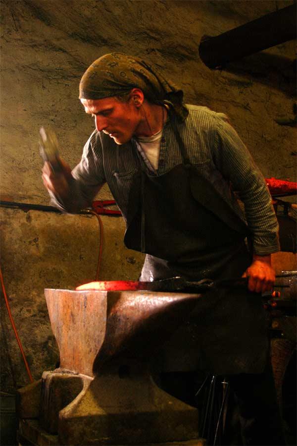 Robert Kaufmann cuttingart knifes forging at the amboss