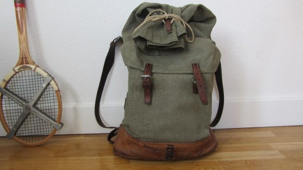 swiss army backpack light - how to close it - closed back view