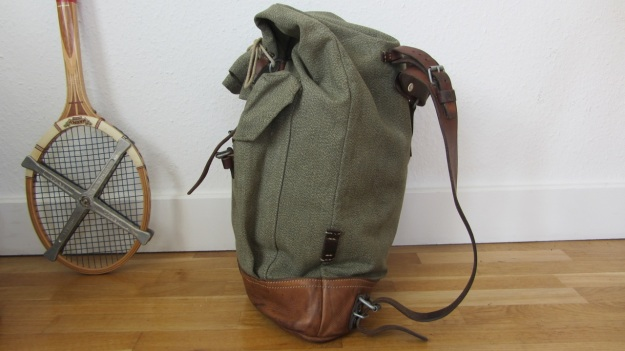 swiss army backpack light - how to close it - closed side view