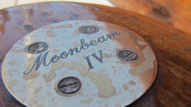 Moonbeam IV Yacht bronce logo