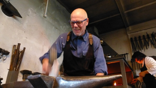 Learn to forge with mastersmith Tom Carstens - manfred hitting the iron