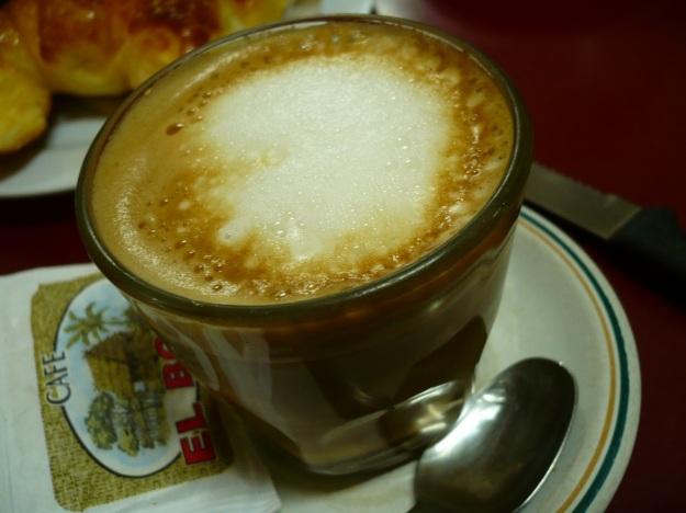 Cafe y medialunas y dulce de leche