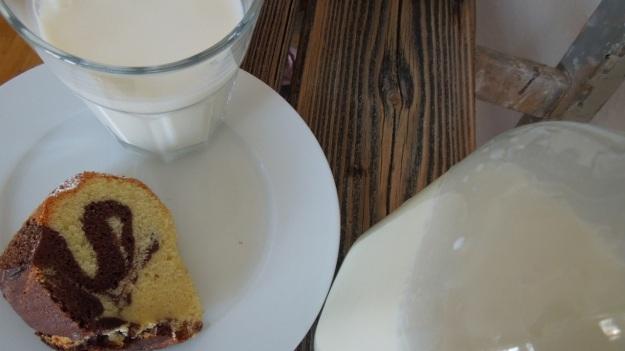 Marmorkuchen with milk