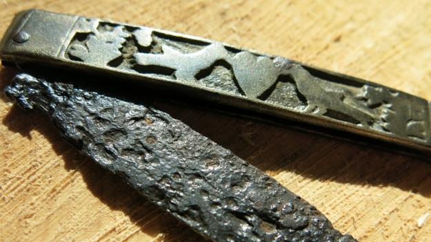 archeological pocket knife pigeons and heart 3